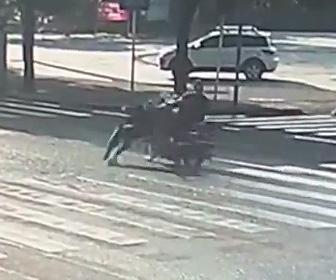 【動画】横断歩道を渡るお婆さんがバイクに轢き逃げされる衝撃事故