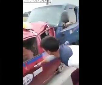【動画】事故でトラックに閉じ込められた男性を救出しタクシーで運ぼうとするが…衝撃事故