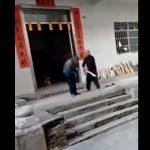 【動画】おじいさんがバットで男性の頭をフルスイング