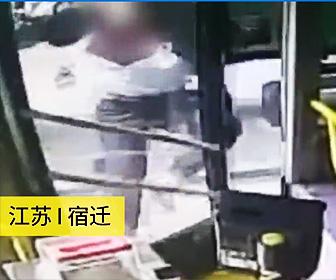 【動画】バスに乗り遅れた男がバスのドアを蹴りまくり衝撃の行動