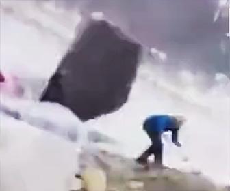 【動画】超巨大落石が男性を襲う衝撃映像