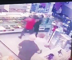 【動画】買い物中に強盗に気づいた家族連れのお父さん。物凄い勢いで強盗に飛びかかる