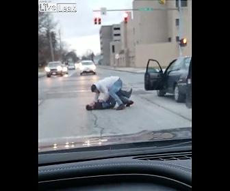 【動画】ロードレージで運転手が殴り合い。2回殴り倒されてしまう運転手