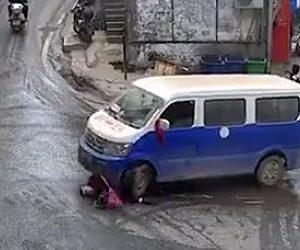 【動画】道を渡ろうとするお婆さんがバンに轢かれてしまい通行人30人で助ける