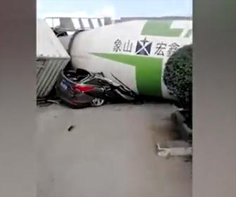 【動画】ミキサー車が横転しSUV車を押し潰してしまう衝撃事故