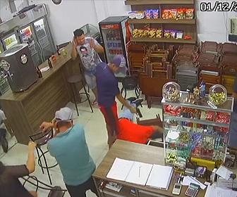【動画】バーで言い争い後、男性が至近距離から銃で撃ちまくられる衝撃映像