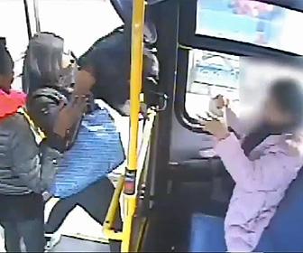 【動画】バスを降りる瞬間、女性のバッグを奪い逃げる女2人組