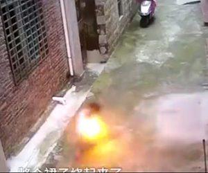 【動画】3歳少女が少年にライターで火を付けられ火だるまになってしまう