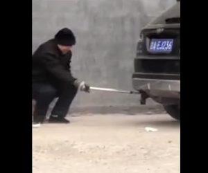 【動画】車のマフラーにゴミ袋を詰める最低なじじい