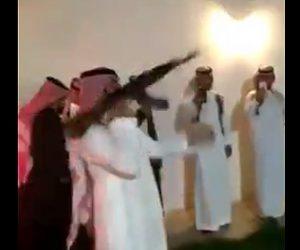 【動画】祝砲で人を殺しかけるが気にせず祝砲を続ける男性