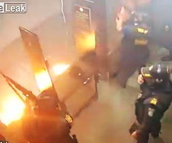 【動画】射撃場で警察官達が銃を撃っているが、突然床から火が出て大爆発してしまう