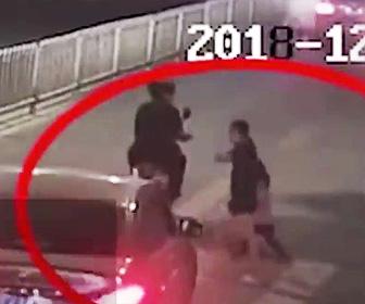 【動画】横断歩道を渡る母と4歳娘。母の目の前で娘が車にひき殺されてしまう