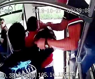 【動画】バスを降りる瞬間、男が女性のスマホを盗もうとするが…