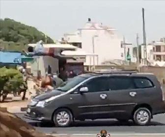 【動画】強盗が走って逃げるが猛スピードの車にはね飛ばされてしまう