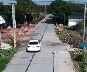 【動画】幼児が道を渡ろうとするが母親の目の前で猛スピードの車に撥ねられてしまう