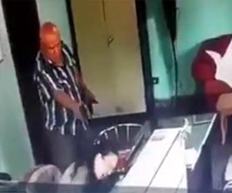 【動画】オフィスで女性が至近距離から銃で頭を撃たれ殺害される衝撃映像