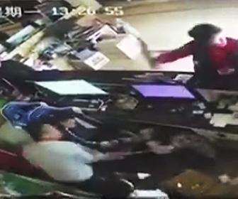 【動画】ネットカフェオーナーが男達に激しい暴行を受ける