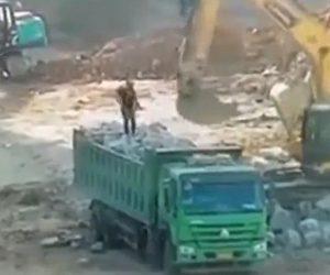 【動画】ダンプカーの荷台にいる作業員がショベルカーに押され落下してしまう