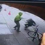 【動画】男が突然男性を突き飛ばし、車道に飛ばされた男性が…衝撃事故