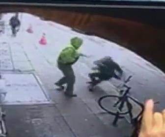 【動画】男が男性を突然突き飛ばし、車道に飛ばされた男性が…衝撃事故