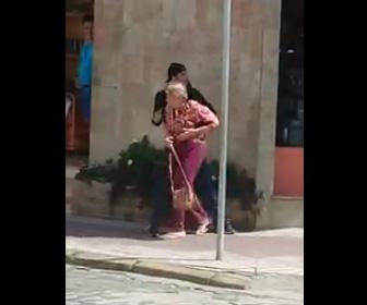 【動画】強盗がおばあさんを人質に逃げようとするが警察官に銃で撃ち殺される