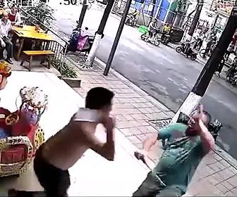 【動画】刀を持った男が男性に襲いかかるが男性も包丁で応戦