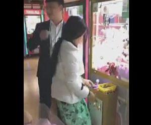 【動画】クレーンゲームで簡単に縫いぐるみを取る中国人女性。方法がヤバい
