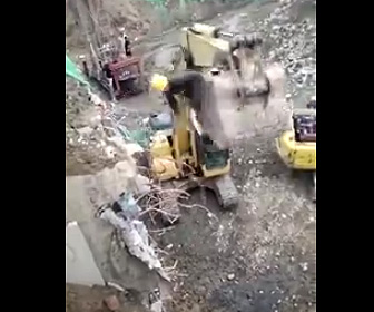 【動画】ショベルカーのバケットに入り作業する男性がショベルカーが動いた反動で落下してしまう