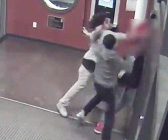 【動画】図書館で2人の少年が突然男性(18歳)に襲いかかり激しい暴行