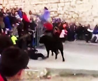 【動画】男性が必死に逃げるが暴れ牛の餌食になってしまう男性