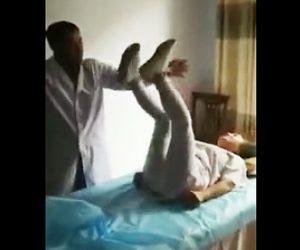 【動画】手を触れず気功を使い治療する医師。気功で患者の足が動きまくる