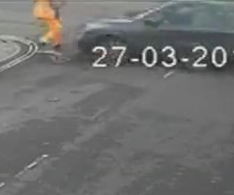 【動画】パトカーから必死に逃げる車。猛スピードで男性を撥ね飛ばし建物に突っ込む