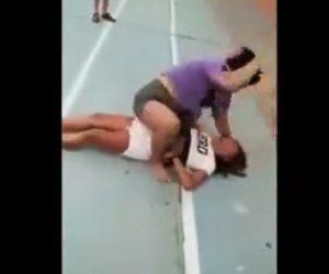 【動画】女性2人の激しい喧嘩。馬乗りで殴りまくりノックアウト