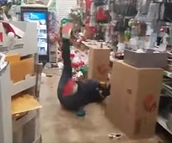 【動画】薬物中毒の男が店内で錯乱状態になり暴れまくる