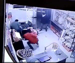 【動画】店に殺し屋が現れ至近距離から店主が銃で撃ちまくられ殺害される衝撃映像