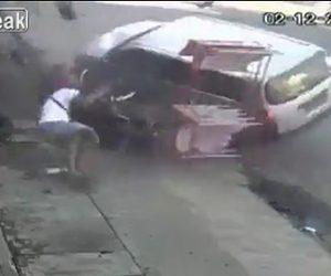 【動画】コントロールを失った猛スピードの車が歩道の人達に突っ込む衝撃事故映像
