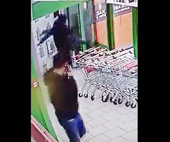 【動画】自動ドアが開かなかった男性がまさかの行動