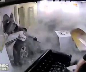 【動画】店の壁に車が突っ込み店内の人が吹き飛ばされてしまう