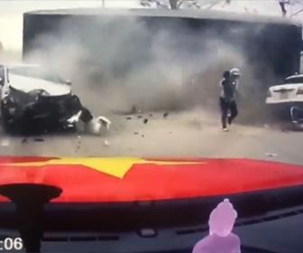 【動画】中央分離帯を破壊し突っ込んで来るトラック。子供を抱いた母親が逃げるが…