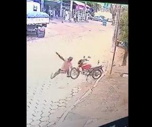 【動画】路駐するバイクに接触して転倒した男性。バイクに八つ当たり