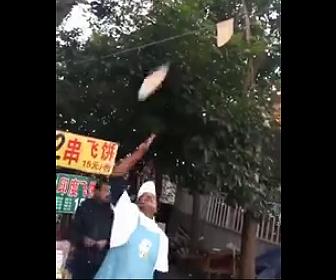 【動画】パンケーキの生地を投げて回す男性。調子に乗り過ぎ…