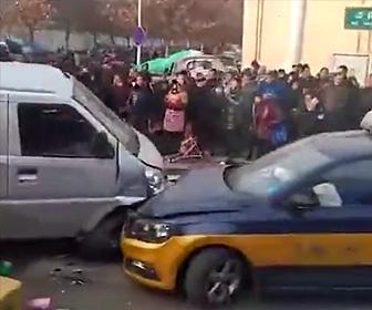 【動画】スピード違反の車が反対車線に突っ込み2名が即死。恐ろしい衝撃映像