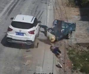 【動画】2人乗りの3輪車が反対車線の車と正面衝突してしまう衝撃事故