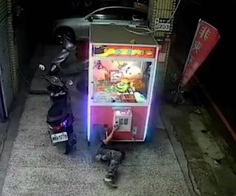 【動画】UFOキャッチャーの取り出し口から強引に侵入し縫いぐるみを盗み取る男