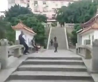 【動画】寺院の階段49段をジープで登る男がヤバい