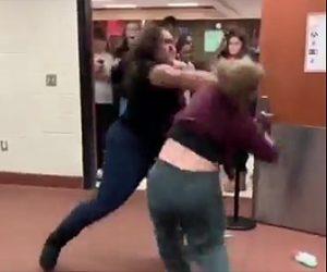 【動画】黒人女子高生VS白人女子高生 言い争うから激しい殴り合い