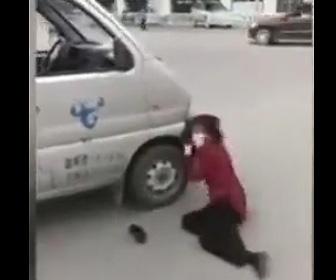 【動画】停車している車に頭をガンガンぶつける中国の当たり屋女がヤバい