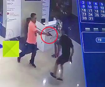 【動画】酔っ払った警察官が観光客男性を撃ち殺してしまう衝撃映像
