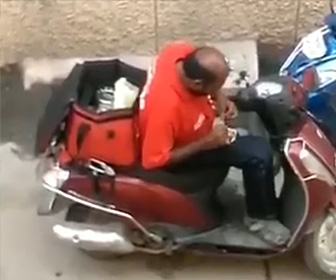 【動画】インドのフードデリバリースタッフ、客が注文した食べ物を配達中に食べる