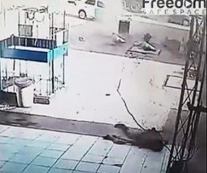 【動画】作業員が工事中の穴が大爆発 作業員が吹き飛んでくる衝撃映像